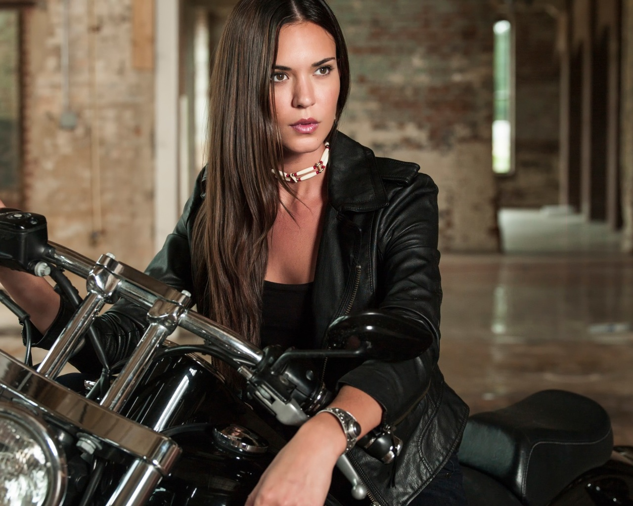Download Wallpaper Odette Annable In The Series Banshee