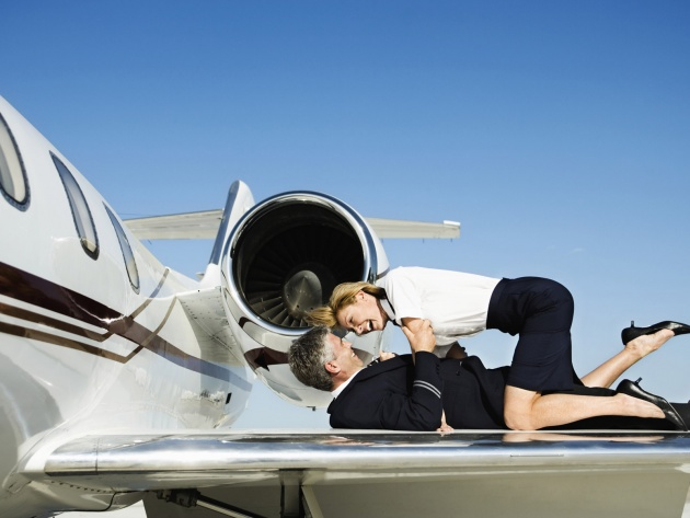 Wallpaper Stewardess And Pilot Embracing On Airplane Wing
