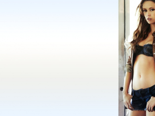 Wallpaper Summer Glau in shorts