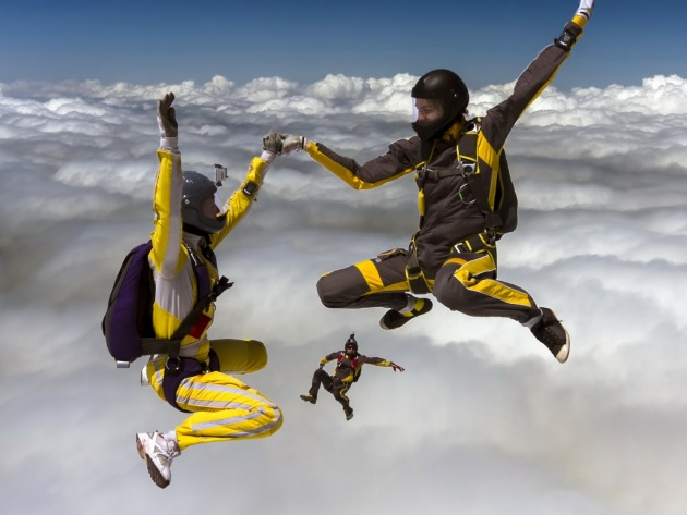 Wallpaper Skydivers over clouds