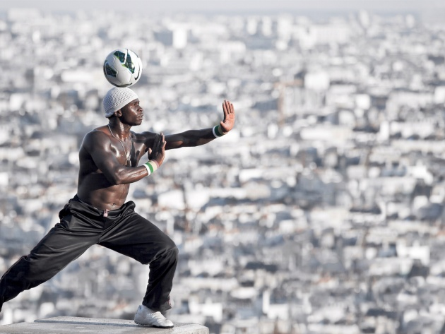 Wallpaper Iya Traore with a ball on his head