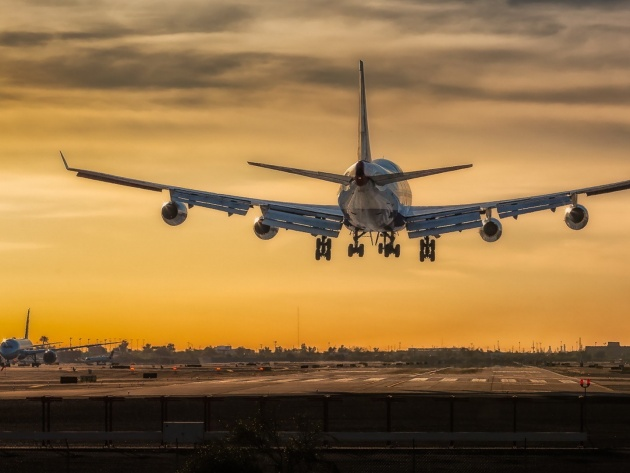 Wallpaper Boeing 747 coming in to land