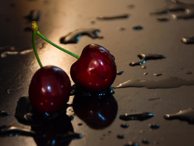 Wallpaper Cherries on a wet table