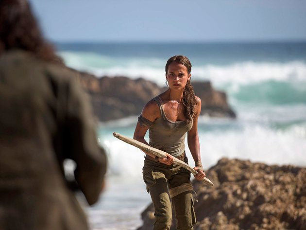 Wallpapers das meer, schauspielerin, lara croft, tomb raider, wellen, speer, alicia vikander